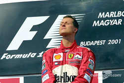 El ganador de la carrera y Campeón Mundial de 2001, Michael Schumacher