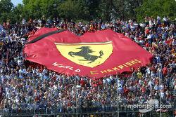 Тифози с баннером Ferrari