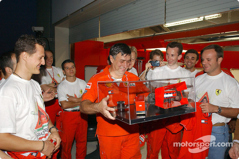 Team Ferrari celebrating Oreste Giovannini's last race