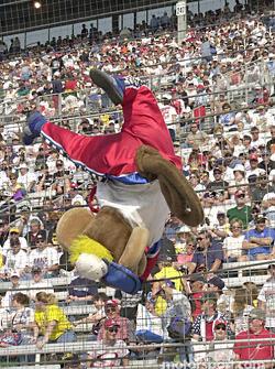 Helio Castroneves encontró un nuevo empleo como la mascota de NASCAR