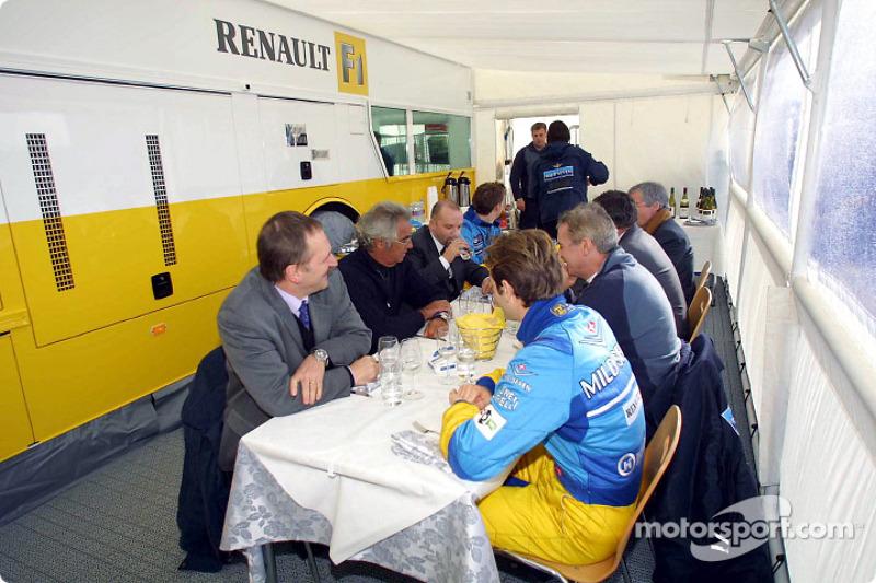 Pause déjeuner pour Jarno Trulli, Jenson Button et l'équipe