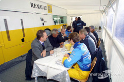 Lunch break for Jarno Trulli, Jenson Button and the team