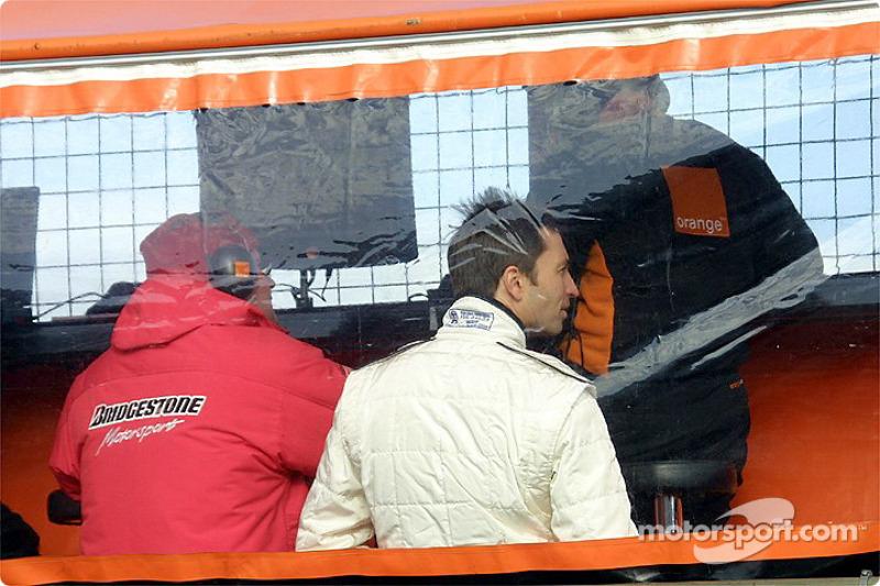 Heinz-Harald Frentzen sur le muret des stands
