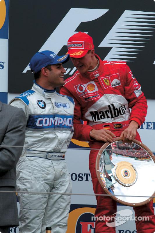 El podio: el ganador de la carrera Michael Schumacher con Juan Pablo Montoya