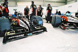 Preparando los autos Minardi de asientos gemelos