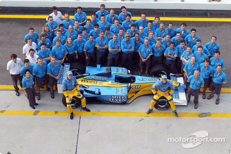 Group shot: Jenson Button, Jarno Trulli and Team Renault F1