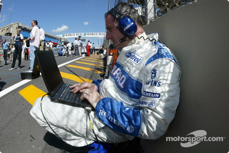 Los ingenieros de Williams-BMW preparándose para la carrera