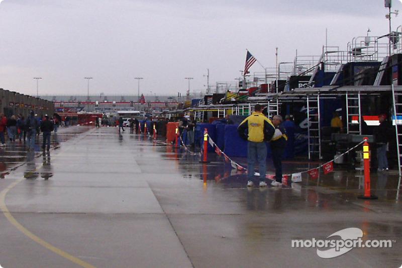 El garage de Happy hour está vacío cuando llueve