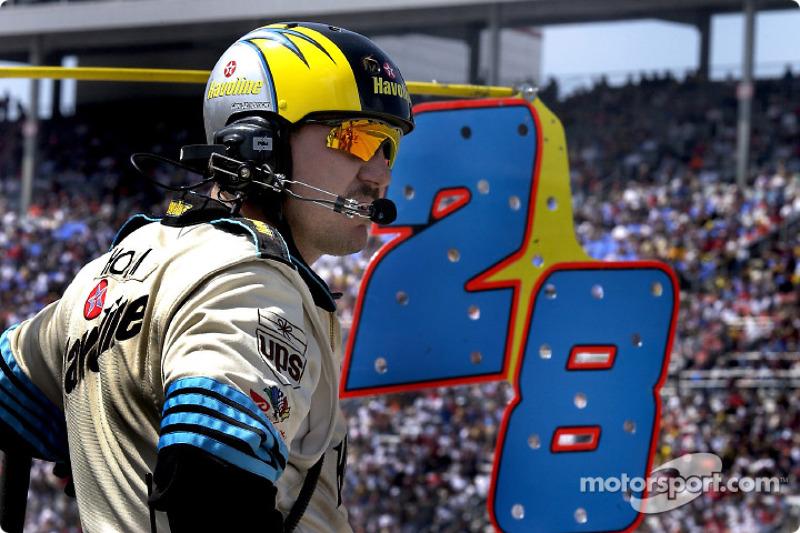 Un miembro del equipo de Ricky Rudd espera y observa a su piloto abrirse paso entre el tráfico
