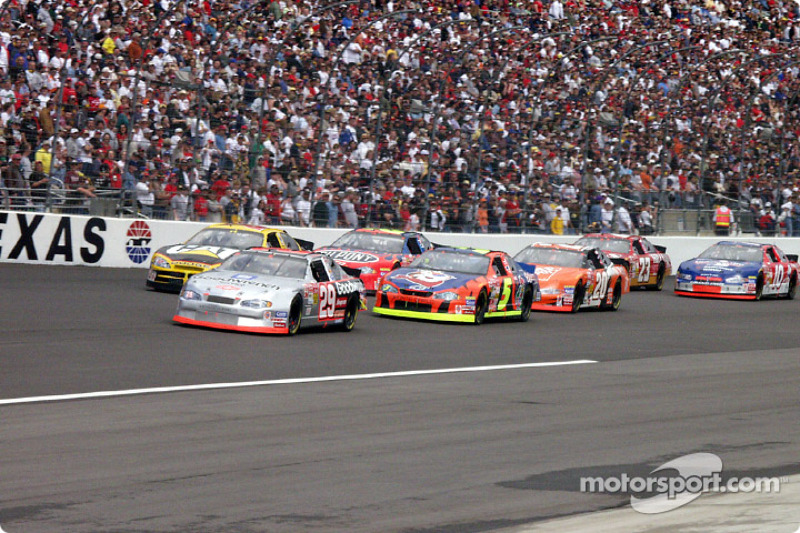 Kevin Harvick leading a group of cars