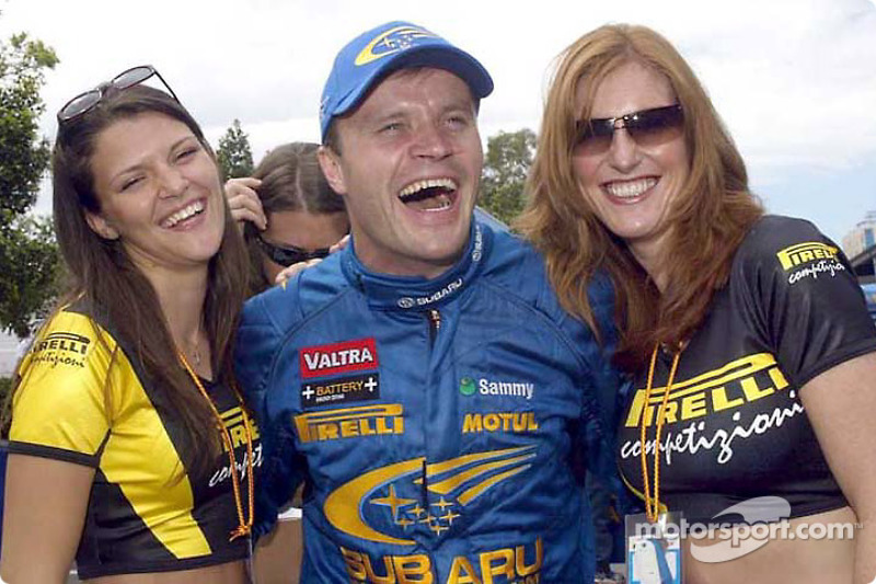 Tommi Makinen y las adorables chicas Pirelli