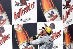 El podio: champaña para Jean Alesi