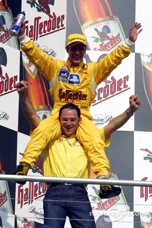 El ganador de la carrera Laurent Aiello con Hans-Jürgen Abt