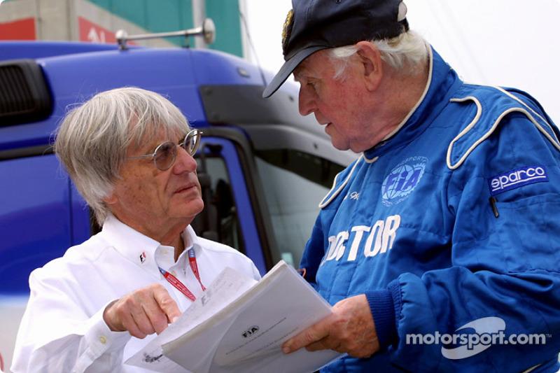 Bernie Ecclestone discutiendo con el profesor, Sid Watkins