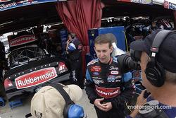 Kurt Busch discute avec une équipe de tournage dans le garage