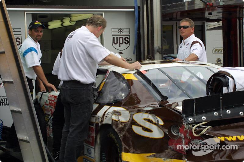 Auto UPS luego de que Dale Jarrett chocara en la práctica