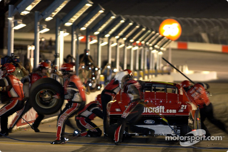 La veloz parada en pits del Equipo Wood Brothers Racing ayudó a Elliott Sadler a terminar sexto en The Winston