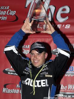Ryan Newman sostiene el trofeo por ganar laa carrera No Bull Sprint y clasificarse de manera automática para participar en The Winston