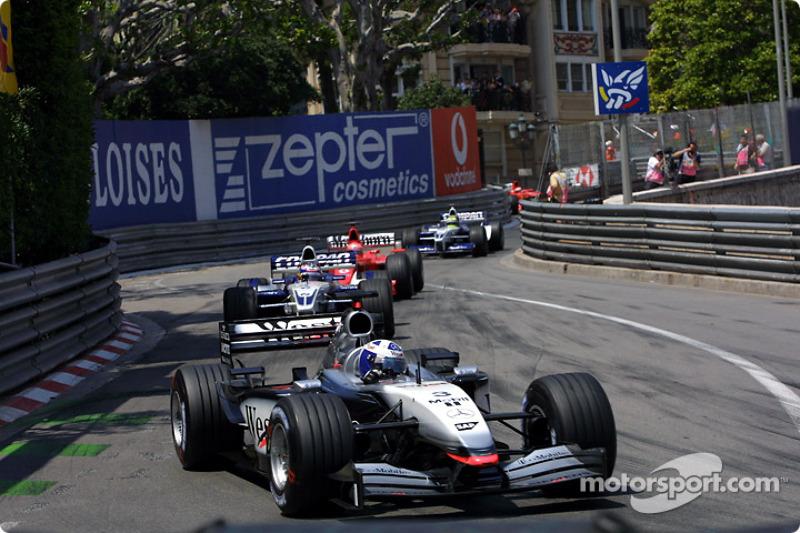 David Coulthard liderando a Juan Pablo Montoya