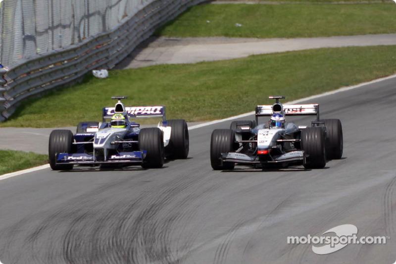 Kimi Raikkonen rebasando a Ralf Schumacher