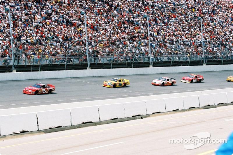 Dale Earnhardt Jr. al frente de un grupo de autos
