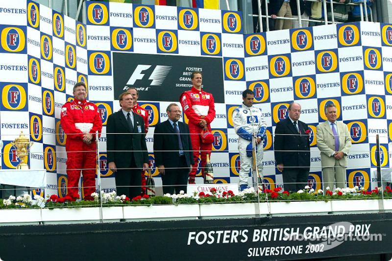 El podio: el ganador de la carrera, Michael Schumacher con Rubens Barrichello y Juan Pablo Montoya
