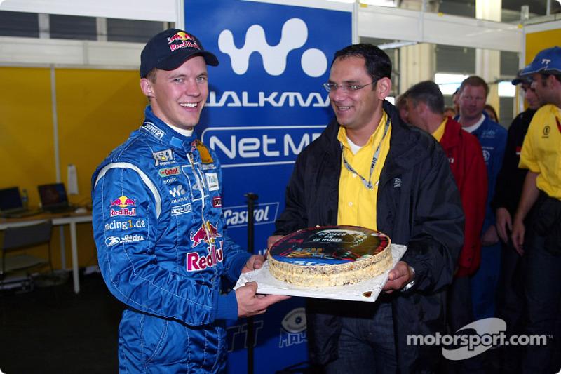 Hans-Jürgen Abt entregándole un pastel de cumpleaños a Mattias Ekström