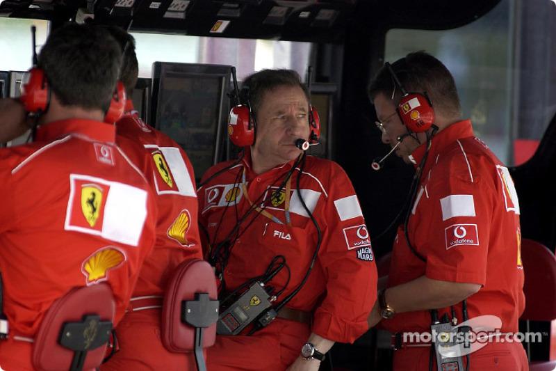 Jean Todt en el muro de pits de Ferrari