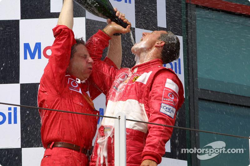 Champaña para Michael Schumacher y Jean Todt