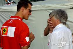 Michael Schumacher discutiendo con Bernie Ecclestone