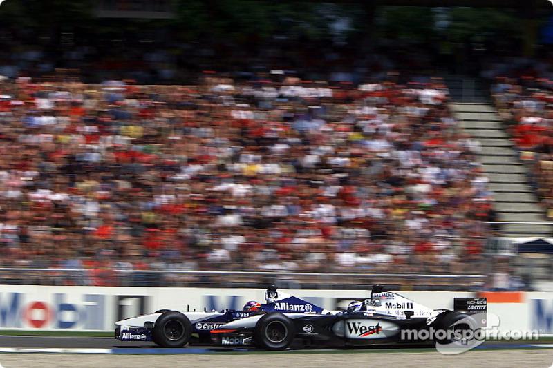 Kimi Raikkonen y Juan Pablo Montoya batallando