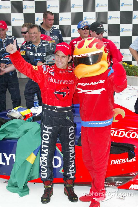 Le gagnant de la course Felipe Giaffone avec  Firestone Firehawk
