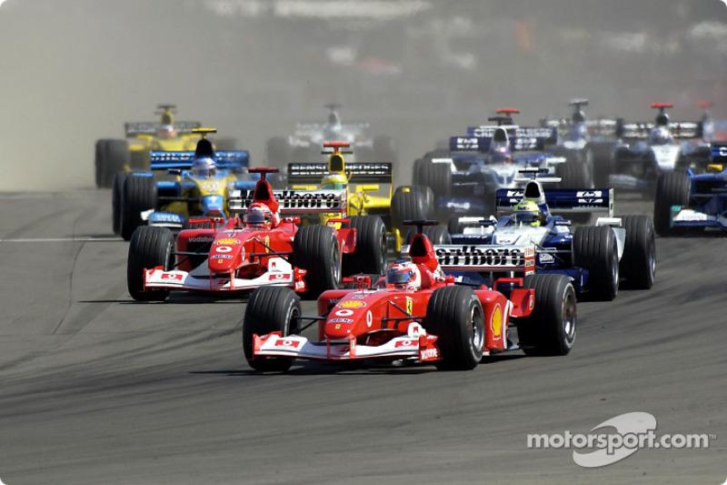 Primera curva: Rubens Barrichello liderando a Michael Schumacher y Ralf Schumacher