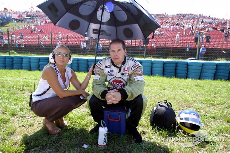 Jacques Villeneuve antes de la arrancada