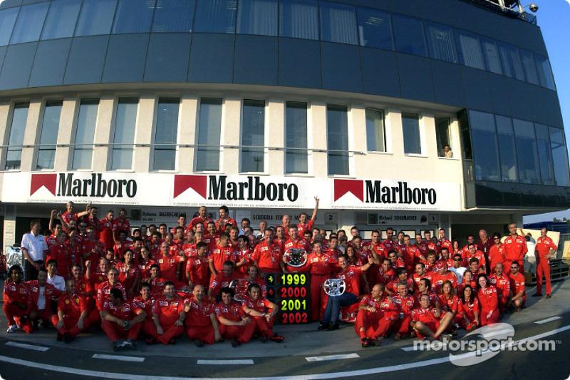 El Equipo Ferrari celebrando su cuarto Campeonato Mundial de Constructores consecutivo