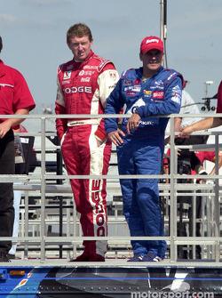 Bill Elliott y Jerry Nadeau viendo la sesión de clasificación