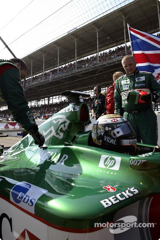 Eddie Irvine en la parrilla de salida
