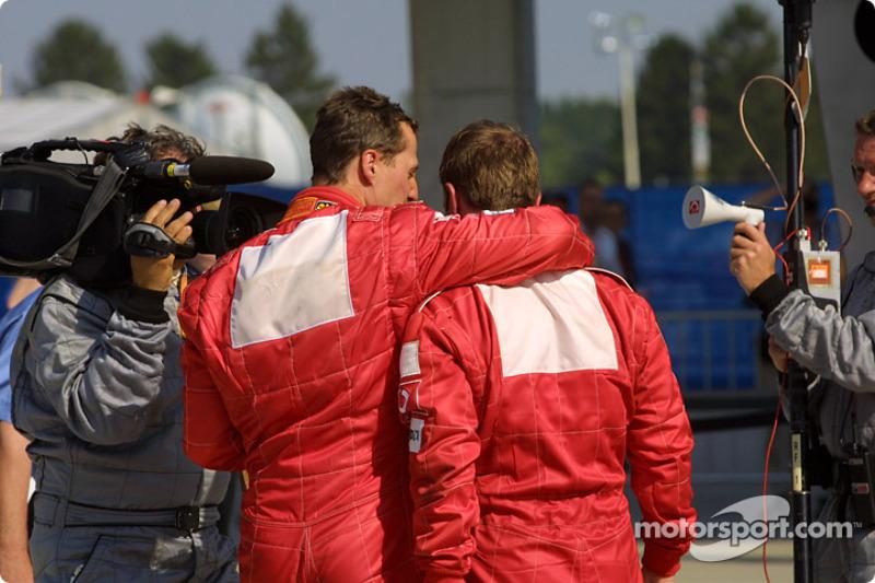 El ganador de la carrera Rubens Barrichello y Michael Schumacher