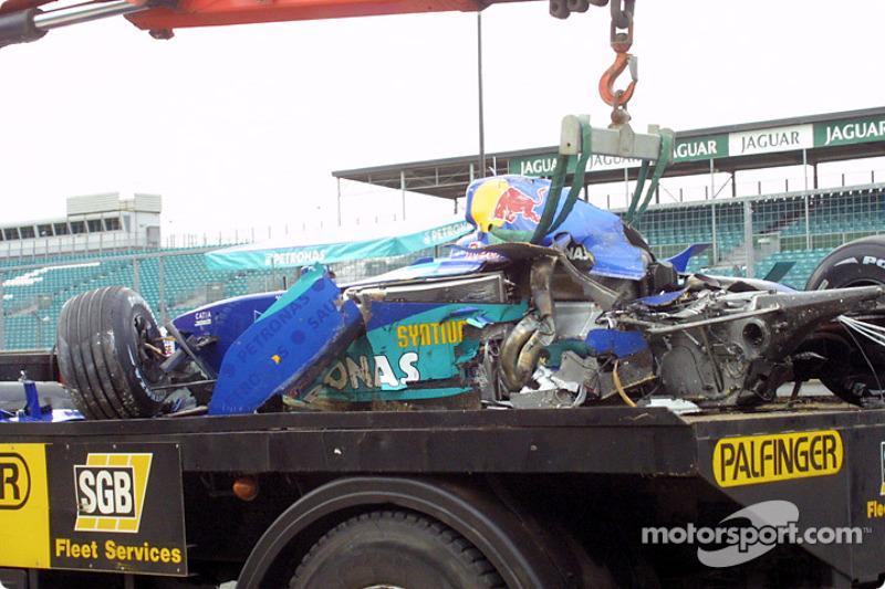 El Sauber de Heinz-Harald Frentzen de regreso al remolque tras el accidente