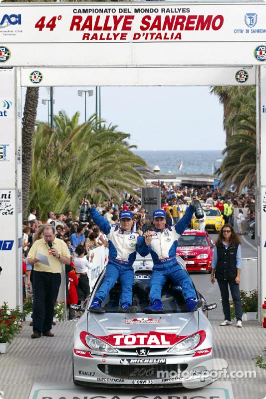 El podio: el ganador de la carrera, Gilles Panizzi