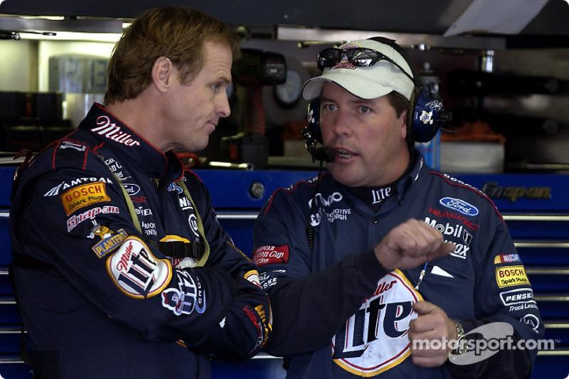 Rusty Wallace con el jefe de equipo Bill Willburn