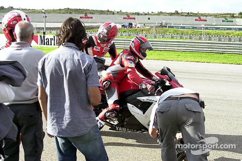 El veterano piloto Randy Mamola dando pasesos de caridad alrededor de la pista