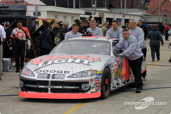 Tony Stewart revisa el Dodge de Marlin