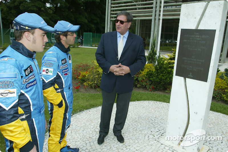 Visit of the Ayrton Senna Renault Factory in Curitiba: Fernando Alonso and Jarno Trulli with the Ayrton Senna monument in front of the factory