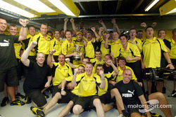 Giancarlo Fisichella, Eddie Jordan and Team Jordan celebrate second place finish