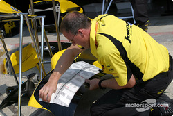 Jordan team member prepares the EJ13 bodywork