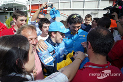 Fernando Alonso with his fans