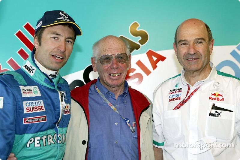 Nick Heidfeld y Peter Sauber con un visitante