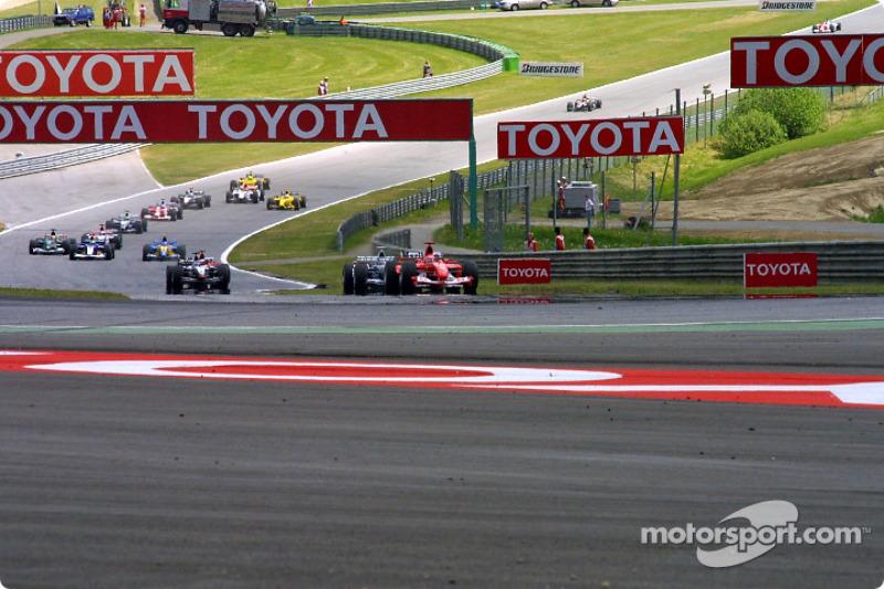 Michael Schumacher lidera en la curva Remus