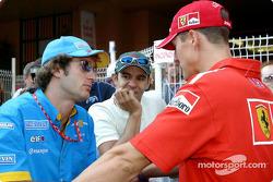 Jarno Trulli, Antonio Pizzonia y Michael Schumacher discutin